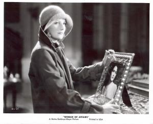 """Greta Garbo mit Hut und Trenchcoat in """"A Woman of Affairs"""" (1928) © http://www.garboforever.com/Bilder/Film-Pic/Woman_of_Affairs/Woman_of_Affairs-34.jpg"""
