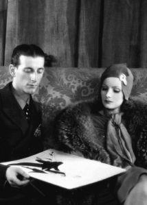 Gilbert Adrian zusammen mit Greta Garbo © http://c300221.r21.cf1.rackcdn.com/greta-garbo-with-metro-goldwyn-mayer-costume-designer-adrian-1930s-1352060486_b.gif