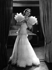 "Joan Crawford im Organdy-Kleid in ""Letty Lynton"" (1932) © https://hollywoodrevue.files.wordpress.com/2012/11/letty-lynton-gown.png"