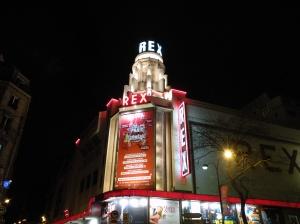 Das Markenzeichen des Grand Rex, der Turm mit Neonschrift © https://upload.wikimedia.org/wikipedia/fr/c/c5/Grand_Rex_de_nuit.jpg