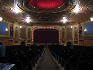 Weiterer Blick auf Bühne und Leinwand © BWChicago, https://www.flickr.com/photos/bwchicago/1520416641/