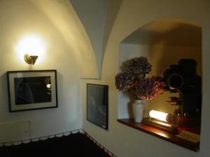 Filmdekoration und ausgestellte Bilder im Café © http://www.bda.at/image/tn450x_364794779.jpg