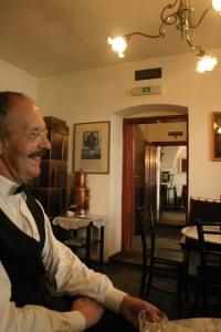 Georg Kügler in seinem Café © http://www.bda.at/image/tn450x_987429377.jpg