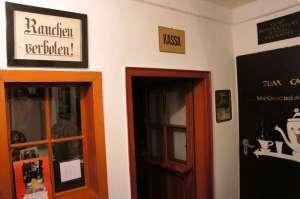 """Eingang zum Kinoraum mit """"Kassa-Tür"""" © http://img.static.airportmedien.airport-media.com/53353/615511/h_cinematograph_kino_historisches_kino_9569.jpg"""