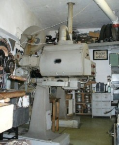 Projektionsraum mit den beiden alten Filmprojektoren aus 1947 © http://www.cafecinematograph.at/doc/Cinematograph-363_3.jpg