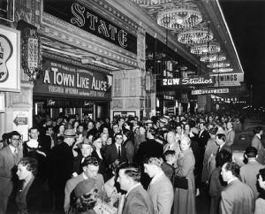 """Besucher drängen 1956 in das State Theatre um """"A Town like Alice"""" zu sehen © http://images.moneymanager.com.au/2011/03/25/2252474/State-theatre-crowd-420x0.jpg"""