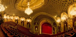 Blick vom ersten Rang auf die Bühne © https://www.ahl.com.au/wp-content/uploads/2013/07/state-theatre_mini.jpg