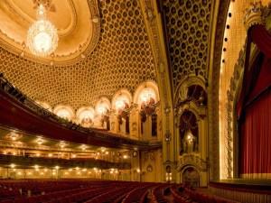Blick auf das Auditorium und den massiven Kristallluster © http://www.about-australia.com/wp-content/uploads/attraction/state-theatre-9399939.jpg