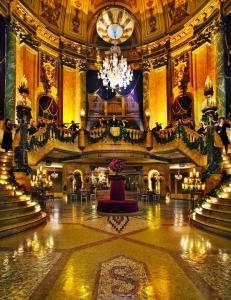 Feierlich geschmücktes Hauptfoyer © http://4.bp.blogspot.com/-qGW1sch1Kno/VCzOH-Tn_2I/AAAAAAAASSs/upCeBlMhFJk/s1600/state-theatre-sydney-attractions.jpg